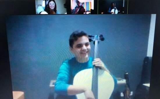 Alunos ensaiam em aulas on-line com instrumentos de PVC cedidos pelo Locomotiva