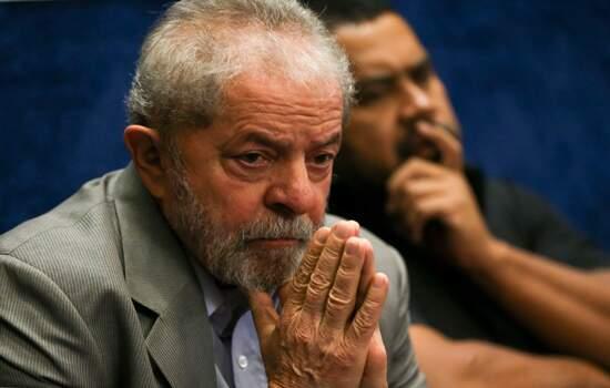 Nesta terça-feira, Lula recebeu as visitas dos advogados Cristiano Zanin e José Roberto Battochio na carceragem da PF em Curitiba