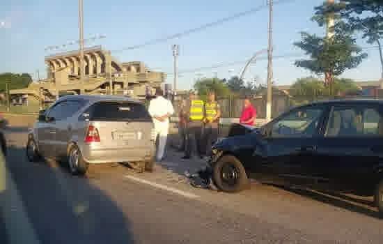 Batida envolvendo dois carros na Marginal do Tietê no fim da madrugada deste domingo