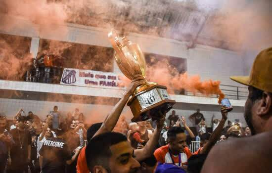 Família F.C. ergueu a taça do Campeonato Municipal de Futsal de Ribeirão Pires
