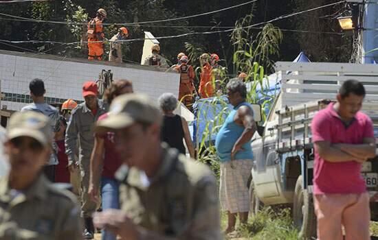 Os bombeiros seguem trabalhando nos escombros, sete dias depois do desabamento