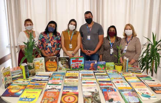 Educação de Ribeirão Pires doa livros novos à Biblioteca Municipal