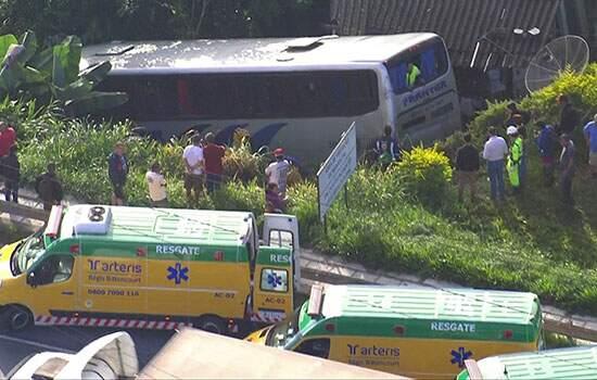 Ônibus cai em ribanceira na Rodovia Régis Bittencourt