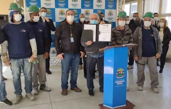 Prefeito assinou a Ordem de Serviço junto com os trabalhadores da obra