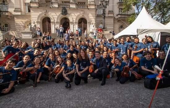 Orquestra GPA na Prac¸a Maua´ em Santos