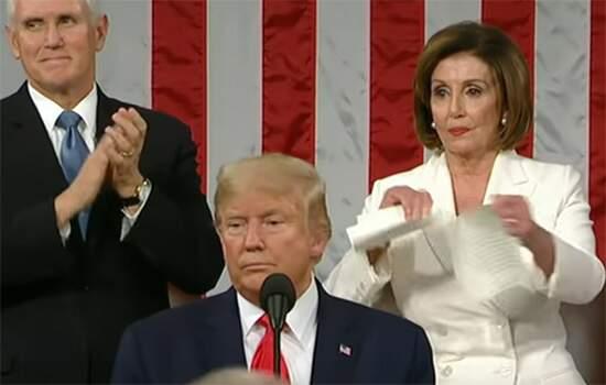 Imediatamente após o fim da fala de Trump, Pelosi se levantou e rasgou diante de todos os papéis com a fala do republicano