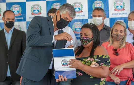 Secretário Alfredo dos Santos entrega a chave da casa própria à profissional autônoma Alessandra dos Santos Silva
