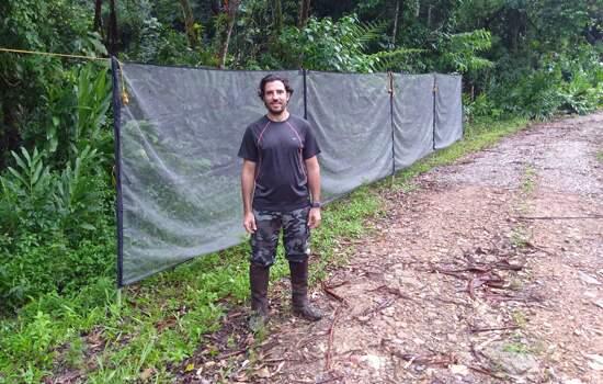 Professor de biologia e doenças infecciosas da FMABC, Dr. Gabriel Zorello Laporta, durante trabalho de campo na Mata Atlântica.
