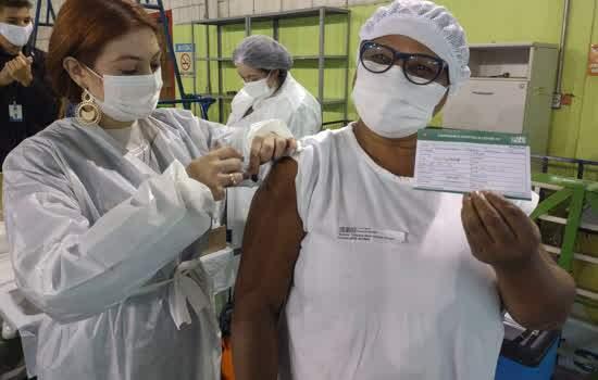Profissional da Saúde sendo imunizada no último sábado (8)