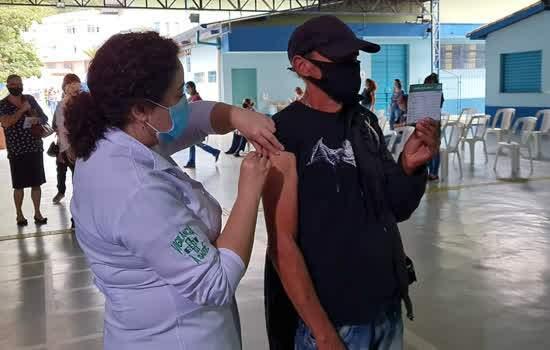 Profissional da Educação é vacinado na cidade