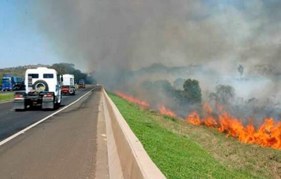 O tempo seco dos meses de inverno facilita a propagação dos incêndios