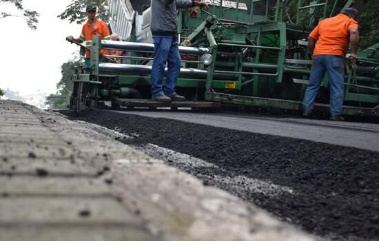 """""""Esta é uma das maiores obras de recapeamentos de vias já realizados na região central da cidade"""", afirma o prefeito de Ribeirão Pires"""