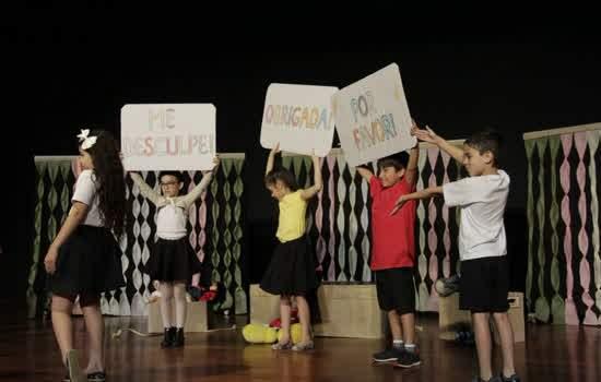Alunos dos cursos atuando durante Mostra de Teatro promovida anualmente pela cidade