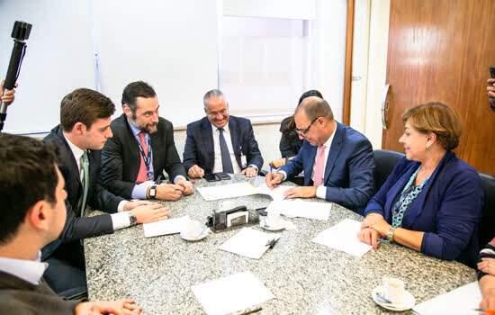 Prefeito Auricchio assina o convênio do Programa Cidade Legal