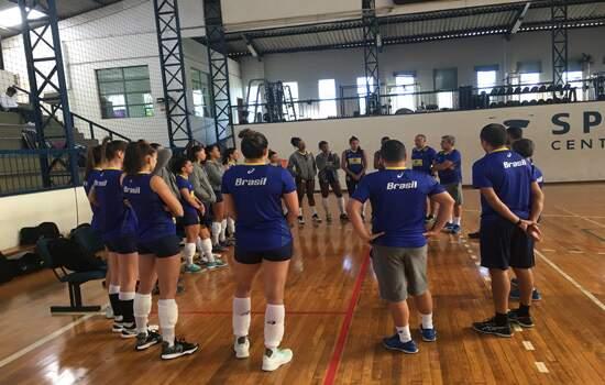Seleção feminina durante treinamento desta terça-feira