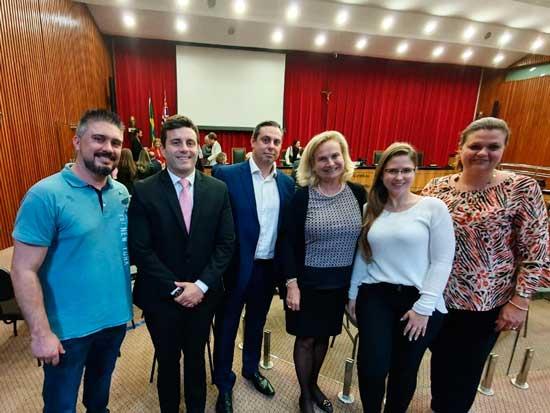 Da esquerda para a direita, Felipe Santoro (Procurador), Caio Previato (Diretor de Licitações), Silvia de Campos (Secretária da Seplag), Carolina Bernardino (Pregoeira) e Mylene Gambale (Controladora Municipal)