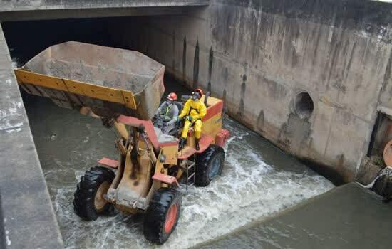 Semasa inicia limpeza mecânica do córrego Guarará