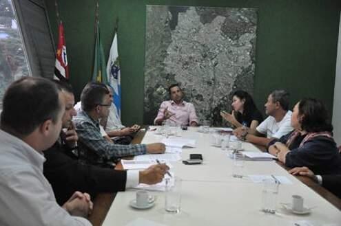 Prefeito Lauro Michels recebe a presidente do Sindema, Jandyra Uehara Alves, para negociar aumento salarial de funcionários