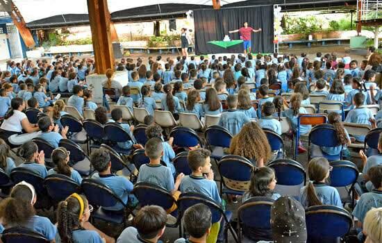 Peça de teatro ensina preservação do Meio Ambiente a alunos da rede municipal