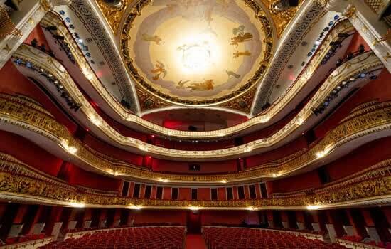 A trama da opereta A Viúva Alegre tem três atos e se passa em Paris, em 1905