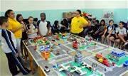 Os alunos são divididos em grupos, um em cada local (hospital, praça, condomínio, polícia) e recebem as peças para montar a cidade. - Continue lendo
