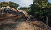 Obras emergenciais foram necessárias após parte da calçada da via cederem em uma das recentes chuvas fortes no município - Continue lendo