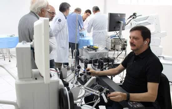 Medicina USCS recebe robô para treinamento e cirurgia inovadora