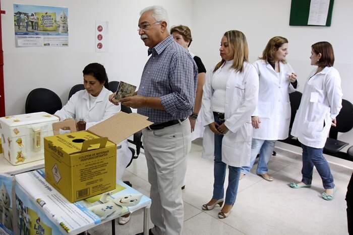 Paulo Pinheiro esteve na UBS João Luiz Pasqual Bonaparte para acompanhar, no sábado, a vacinação