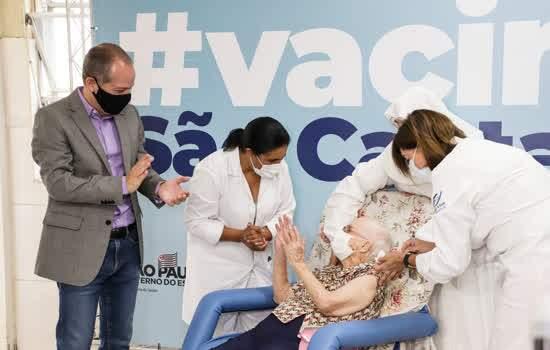O início da vacinação foi no Lar Nossa Senhora das Mercedes, no Bairro Santa Maria
