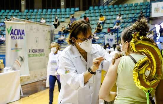 Imunização ocorre no Ginásio Poliesportivo Adib Moysés Dib