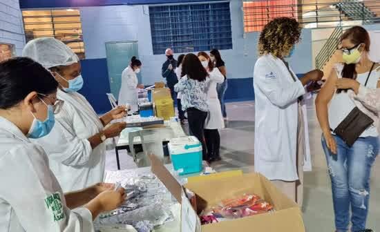 Trabalhadores que atuam em escolas públicas e particulares da cidade, com idade entre 47 e 67 anos, receberam a primeira dose da vacina contra covid-19