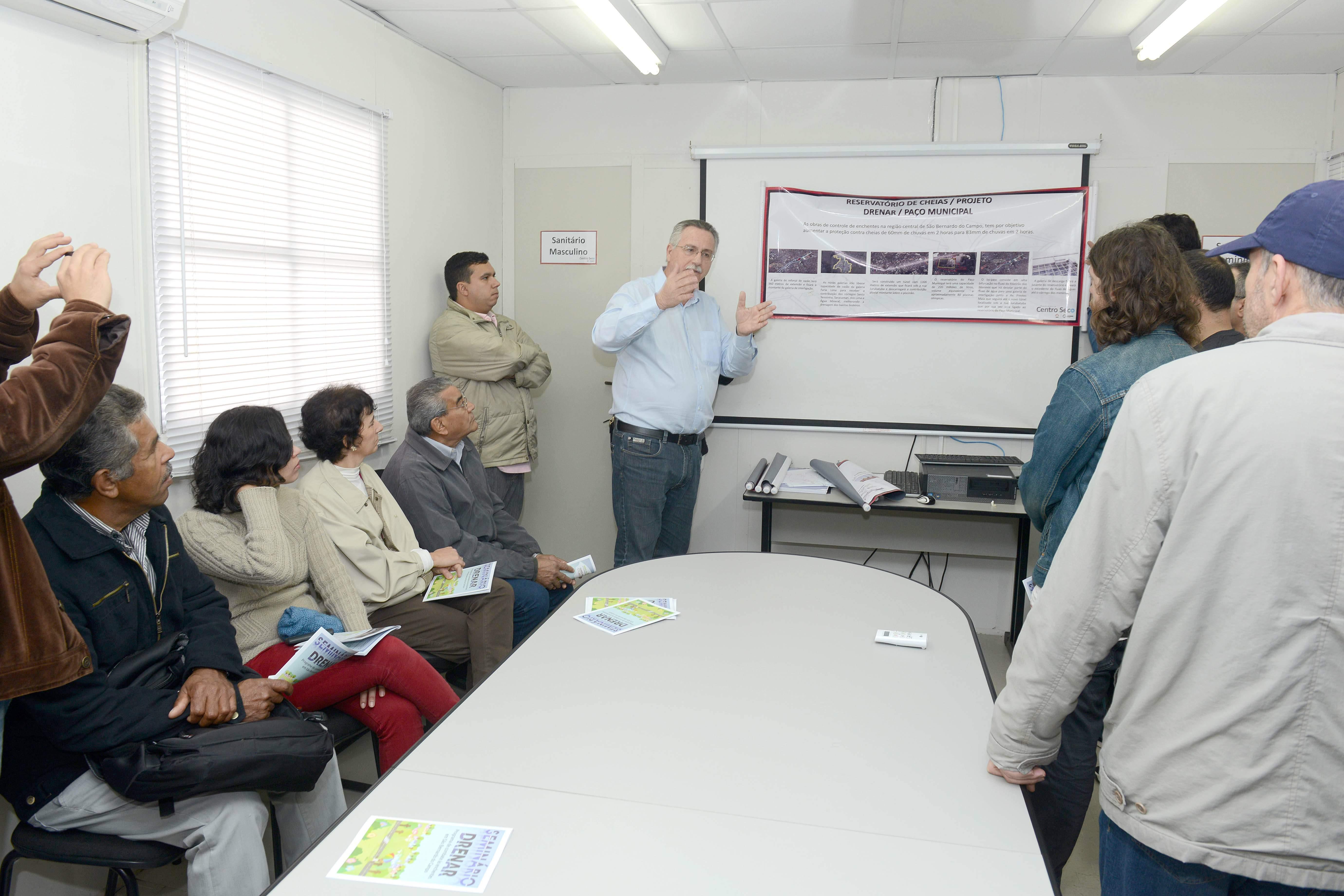Tarcisio Secoli, secretário de Serviços Urbanos, recebe os agentes culturais de São Bernardo
